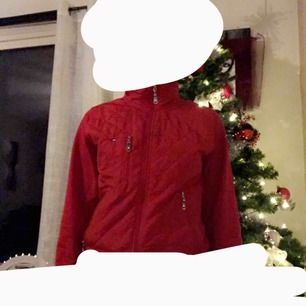 En röd Tommy Hilfiger jacka/kofta💞 (Stolek S) ny skick. Den är äkta. Original pris runt 600kr Priset kan diskuteras vid snabbt köp:)