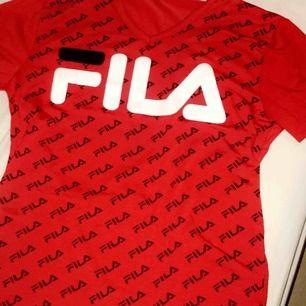 Fila t-shirt röd❤️ stolek S/M  Bra skick använd kanske 3 gånger. Pris kan diskuteras.