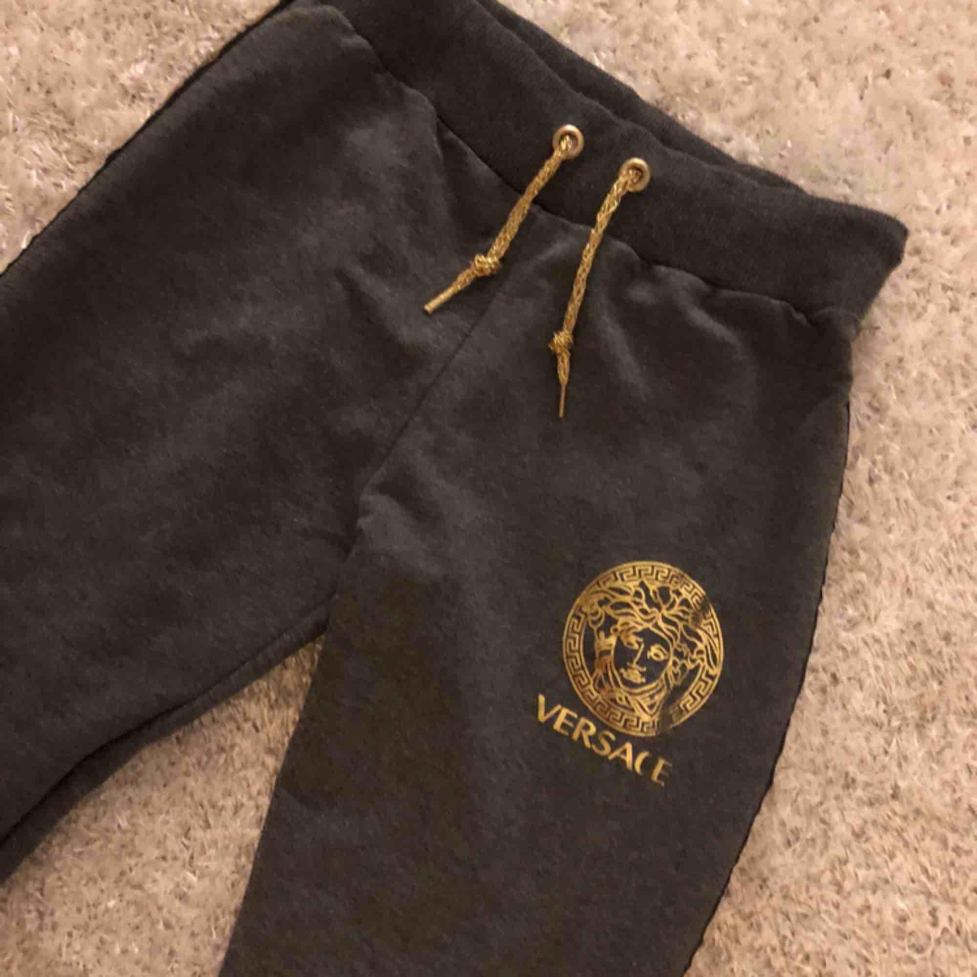 Helt nya, säljes pga för små för mig. Vet inte om dom är äkta då jag fick dom av en vän. En tråd har gått upp vid sidan av byxorna men går enkelt att sy! . Jeans & Byxor.