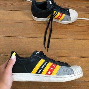 Adidas superstar designade av Rita Ora. Limited edition skor. Fint skick. Finns att hämta i Linköping, annars betalar köparen för frakten. Betalning sker via swish.