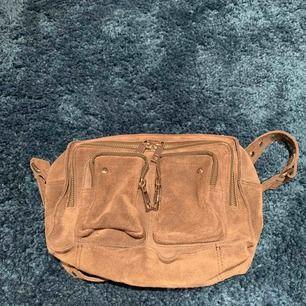 Säljer min nuuno väska köpt för 1000 kr i somras men inte använd fraktar och möter upp 🥰 grå egentligen men gult ljus får färgen att se annorlunda ut