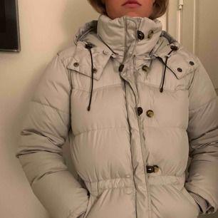 Jättefin beige/grå Boomerang Alexandra jacka i strl S. Passar mig som har M. Köparen står för ev frakt 95kr. Kan ej se någon defekt på jackan.
