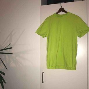 Neongrön halvpolo från asos collusion. 2XL men tight passform, stretchigt material.