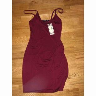 Superfin röd klänning från boohoo. helt oanvänd med prislapparna fortfarande kvar. inköpt för 200kr.