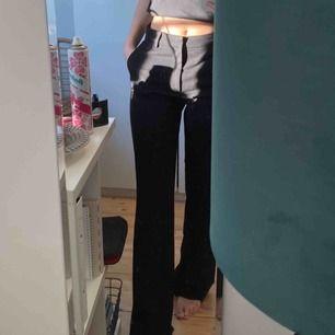 Drömmiga bootcut kostymbyxor från Lindex,nypris:400kr :))) säljer pågrund av att dom är lite för långa för mig! Frakt kan tillkomma