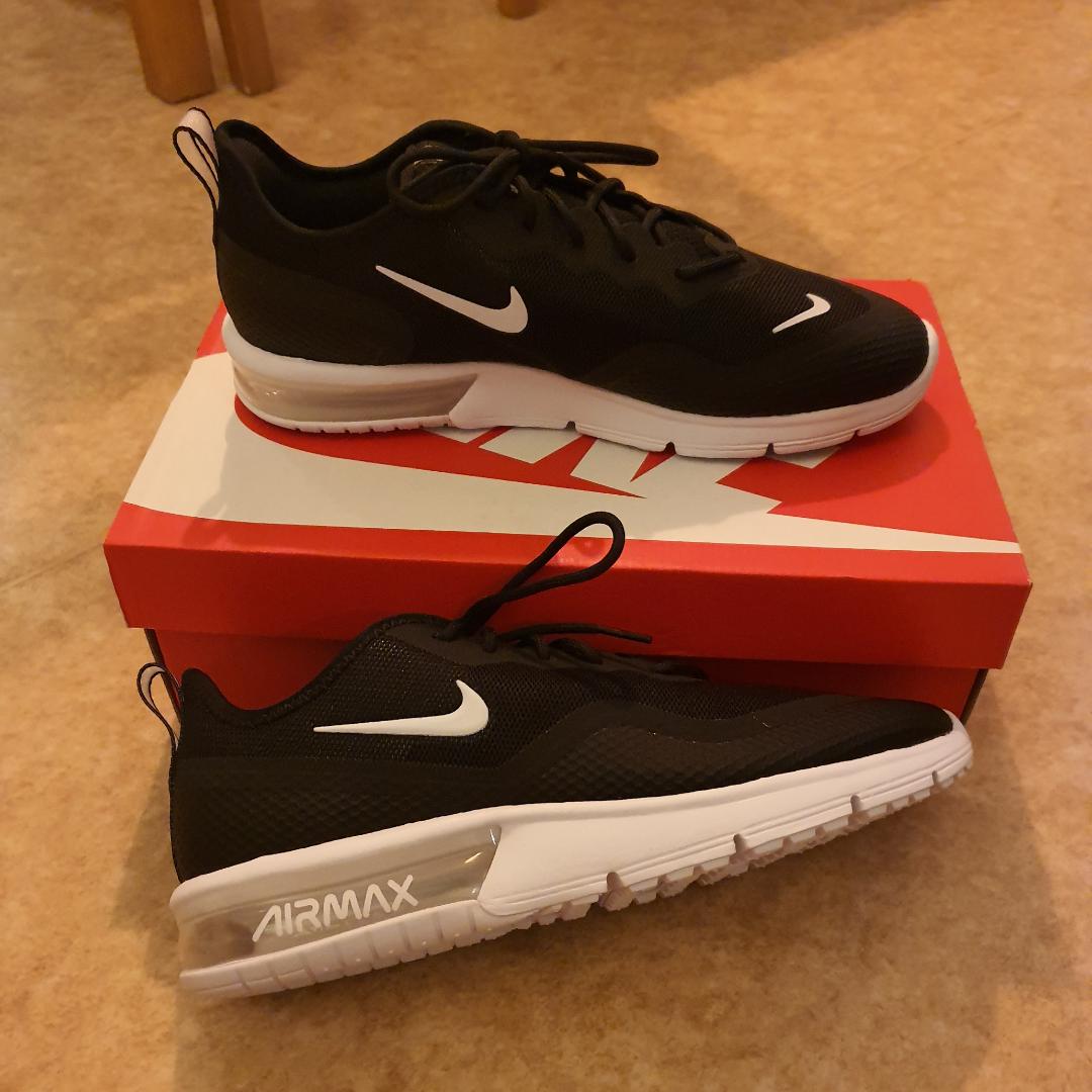 Nike air max sequent 4,5 säljes. Endast prövade, säljes då de var för stora, kvitto finns kvar se bild. Storleken är 42.. Skor.