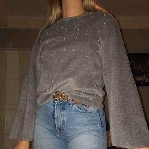 Mjuk tröja med vida armar från Zara! Såå mysig och varm! Knappt använd💕💕 frakt tillkommer, priset kan diskuteras