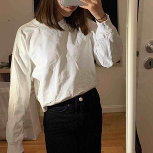 En jättefin liten tjockare basic tröja från Gina! Har använt den 2-3 gånger men är som i nyskick! Är i storlek XS men passar som en liten mer oversized tröja! 150kr + frakt eller kan mötas i Stockholm. DM för fler bilder.