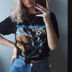 Säljer denna coola t-shirt med 2pac på😍 endast använd ett fåtal gånger.