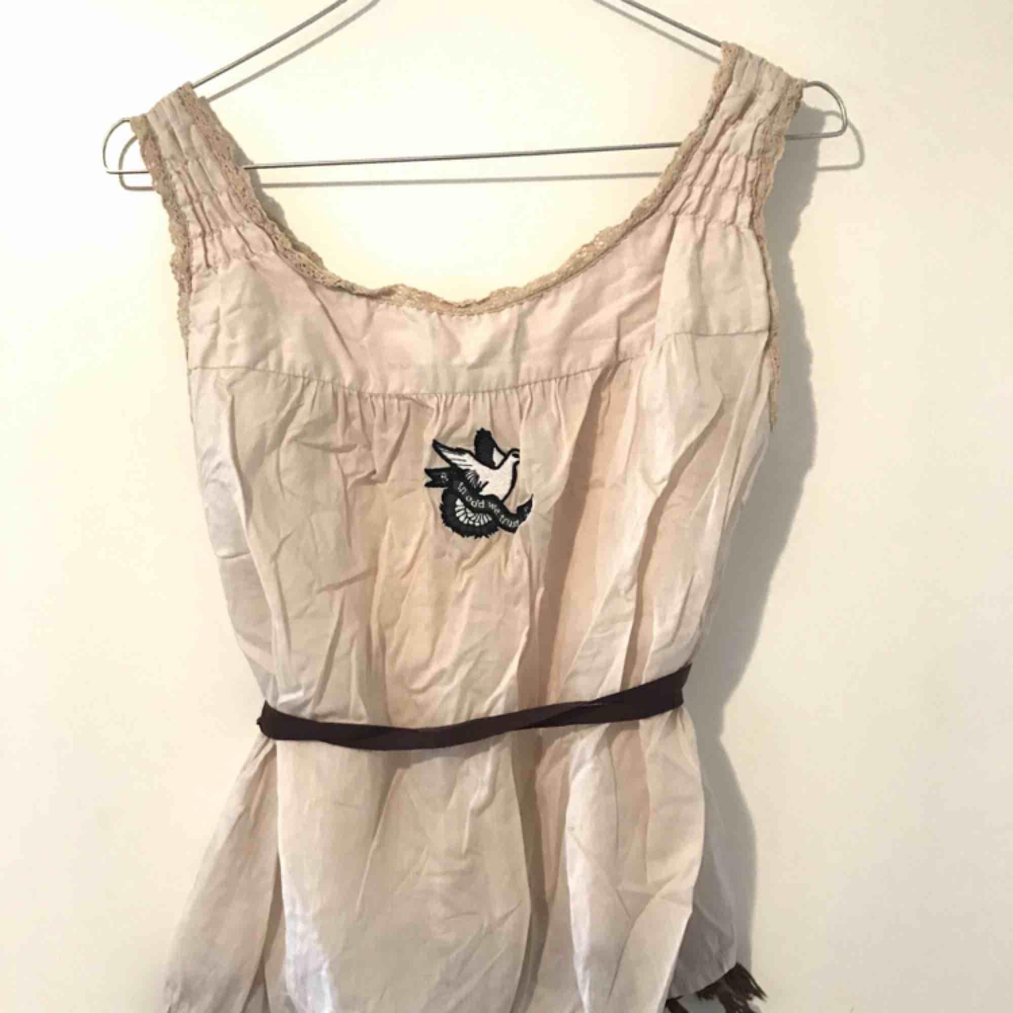 Vackert Odd Molly linne med snöre i midjan 🥰 Storlek S, sparsamt använt. Köparen står för frakt! . Toppar.