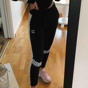 Säljer detta det från Puma 🥰 byxorna är i storlek Xs och tröjan i S!