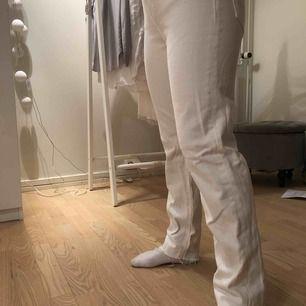 Säljer ett par cream vite mom jeans från zara