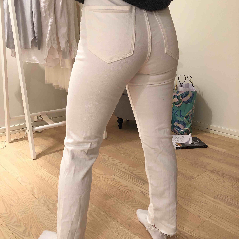 Säljer ett par cream vite mom jeans från zara . Jeans & Byxor.