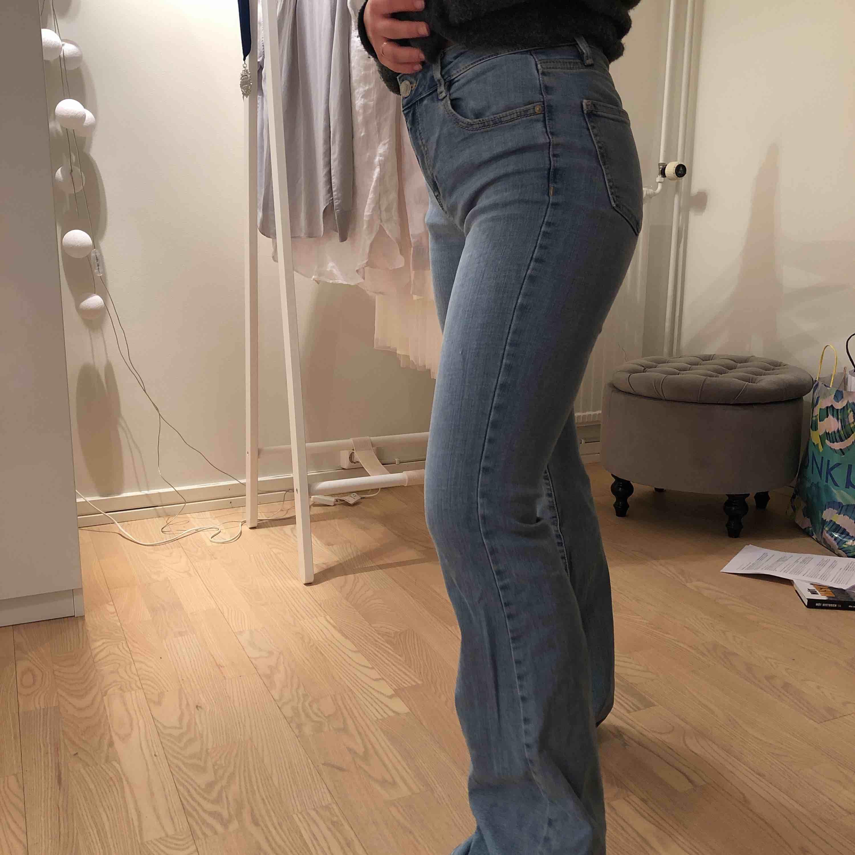 Säljer ett par ljusblå bootcut som är väldigt sköna och sitter  snyggt . Jeans & Byxor.