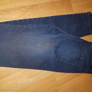 Helt nya Dr Denim jeans i modellen Lexy i mörkblå färg. Säljes på grund av felköp, de är för små. Köpta för 500kr.