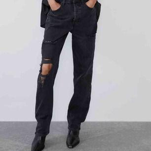 Väldigt coola jeans från zara med hål i! Helt nya med prislapp så vädligt bra skick💞💞