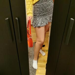 Snyggaste kjolen från bershka använd ett fåtal gånger. Storlek M fast passar mig som brukar ha S. Kjolen är stretshig och passar perfekt till ett par strumpbyxor och en stickad tröja. 150 kr kan mötas upp!!