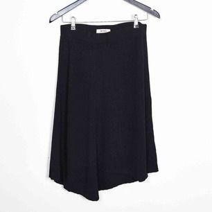 Assymetrisk kjol från Whyred, sparsamt använd och i fint skick!