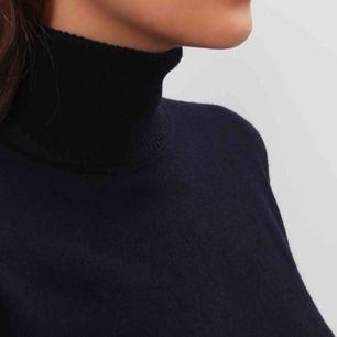 Mörkblå polotröja från Whyred i 100% merinoull. Strl M (jag brukar ha S och denna sitter fint på mig!) i fint skick🌹 OBS! bild 2 är för att visa passform, tröjan jag säljer är mörkblå och inte vinröd!