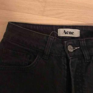 Acne Needle wet cash skinny jeans i den snyggaste svarta urtvättade färgen. Tyvärr är de lite för långa för mig och jag orkar inte lägga upp dem. Storlek: 27/34. 250 kr + 63 frakt eller mötas upp i centrala Hbg!