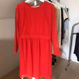 Hur fin röd klänning från Bondelid som helst. Perfekt nu till julen! Storlek: 38. Helt oanvänd, endast provad Pris: 300 kr + 63 kr frakt eller mötas upp i centrala Hbg!