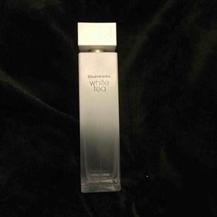 Intressekoll på heelt ny parfym eftersom jag nu har två:-) min favorit men detta är 100ml så hinner ej använda så fort så säljer den istället   Köpt på Kicks nypris 500kr mitt pris 200kr