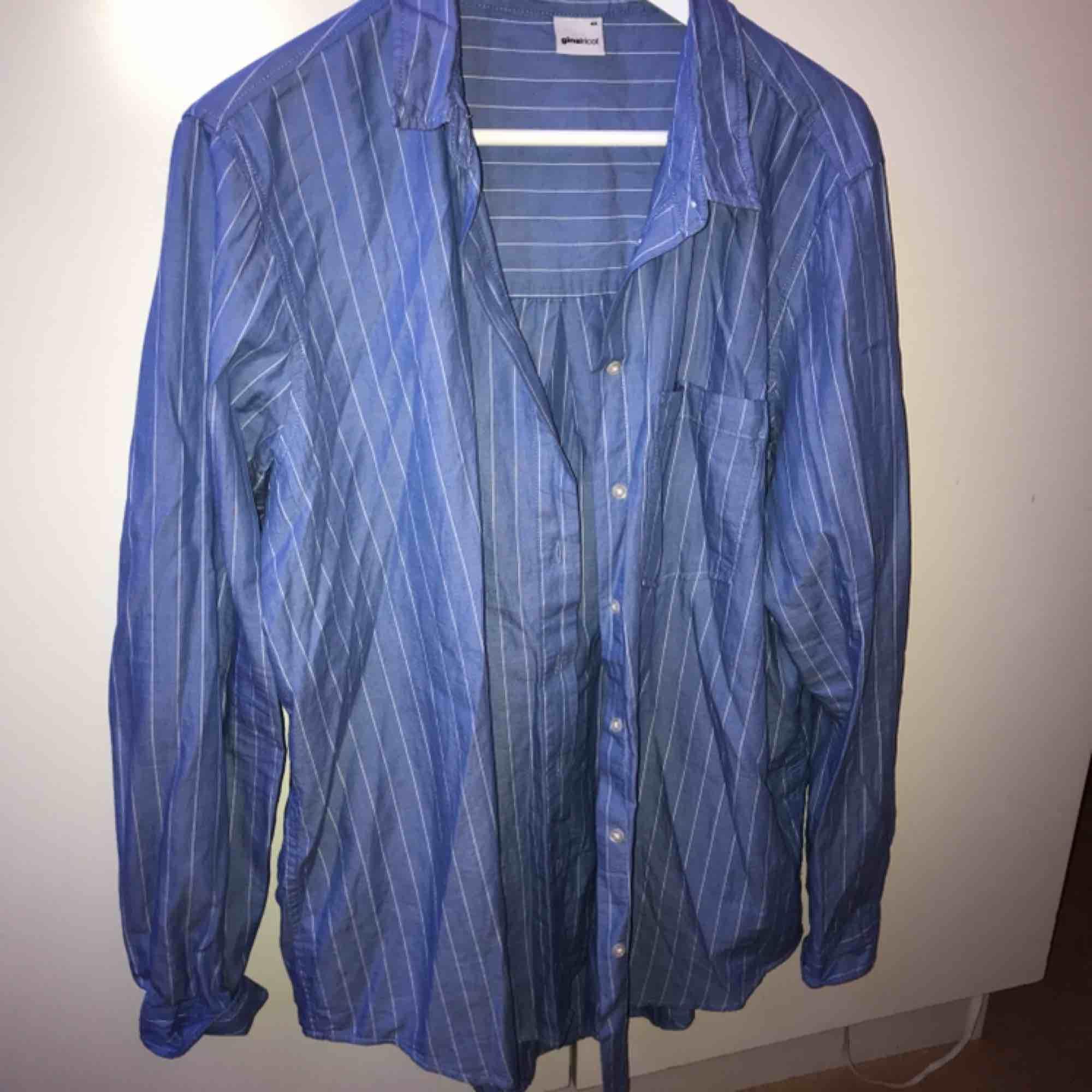 Snygg ljusblå skjorta i fint skick, snygg som oversize. Skjortor.