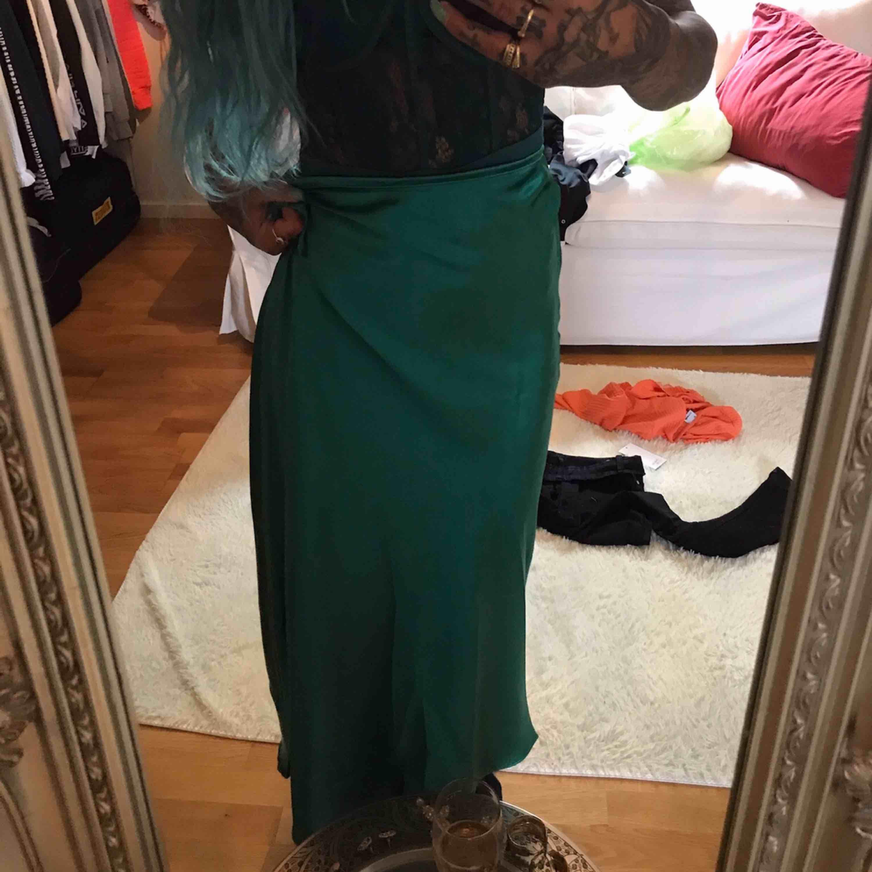 Grön satin kjol. Otroligt fin men var alldeles för stor för mig så skulle säga att den skulle passa en S. Skjortor.