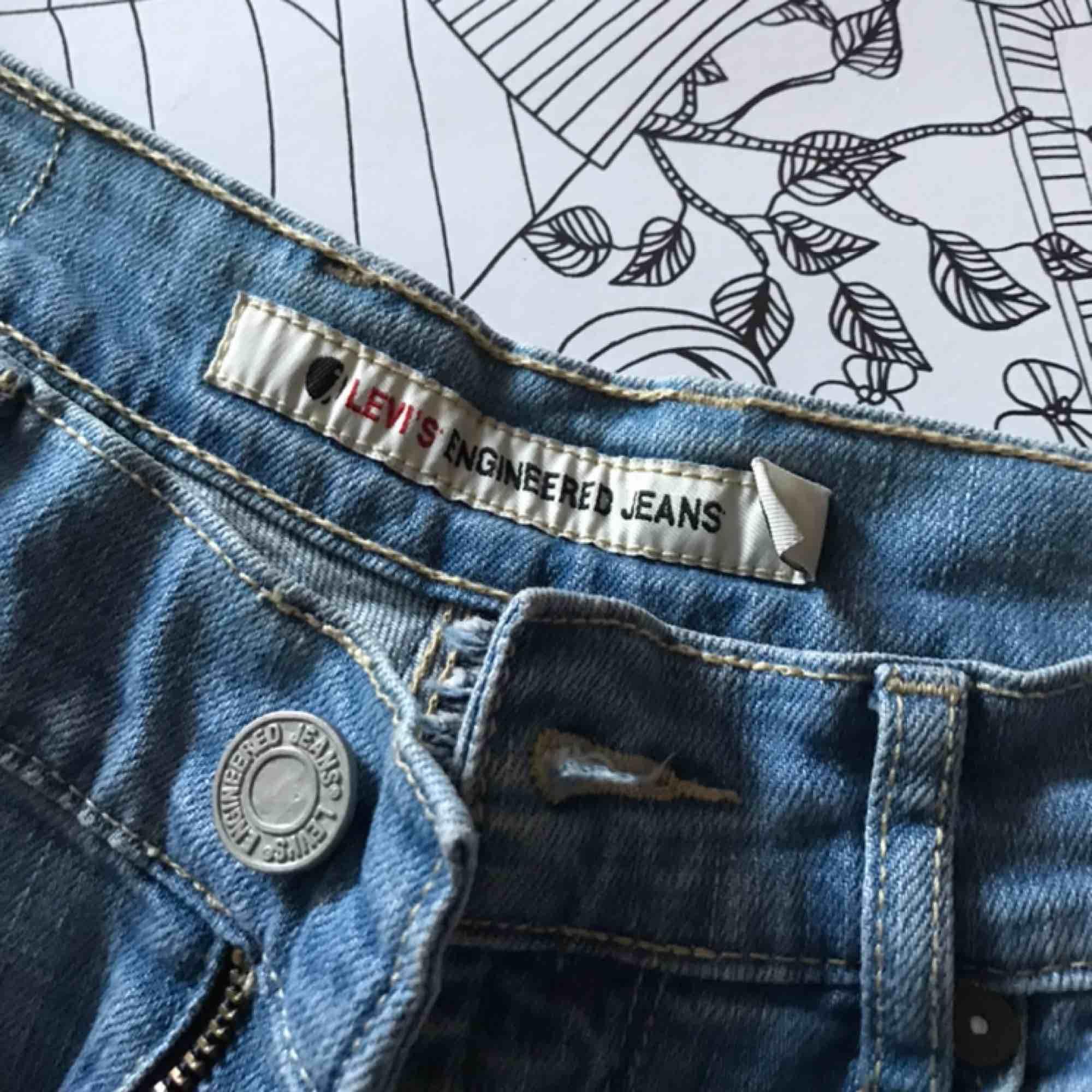 Skitsnygga Levis jeans med unika detaljer💖💖köpta vintage, strl s/m! Köpare står för frakt<3. Jeans & Byxor.