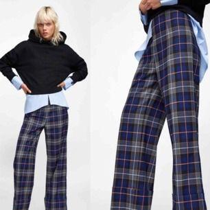 Super fina byxor från Zara som köptes förra året, i mycket bra skick då de knappt kom till användning!I storlek XS, men Passar även S! Nypris: 400kr mitt pris: 200kr 💖💖💖 Meddela mig vid eventuella frågor/bilder!