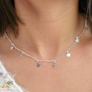 Kort halsband i kedja med stjärnor! Finns i guld och i silver. Frakt ingår i priset🥰