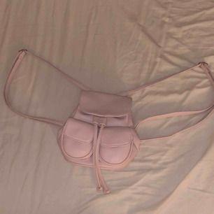 En rosa ryggväska från Bershka. Använd 1-2gånger Skick 9,5/10 (någon liten fläck inuti men går att få bort). Köpare står för frakt🪐 (fraktpris diskuteras privat)