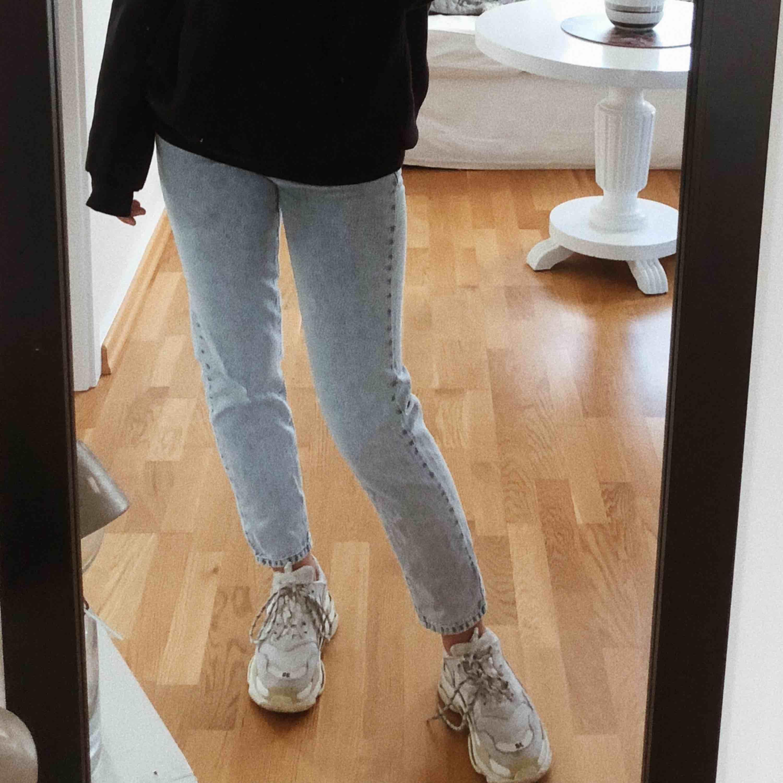 Mom jeans från Gina Tricot, endast använda ett fåtal gånger så skicket är som nytt! . Jeans & Byxor.