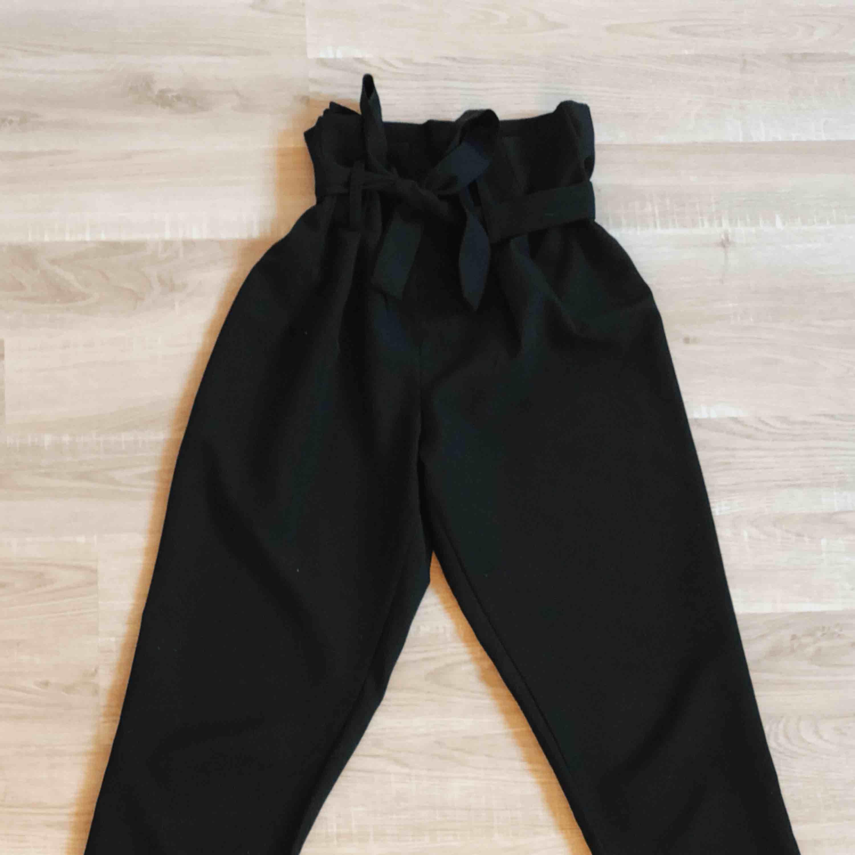 Snygga kostymbyxor med roset!! Köpa på JC, byxorna har en super bra kvalité o är jätte bekväma. Frakten är inräknat i priset❤️. Jeans & Byxor.