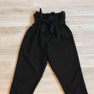 Snygga kostymbyxor med roset!! Köpa på JC, byxorna har en super bra kvalité o är jätte bekväma. Frakten är inräknat i priset❤️