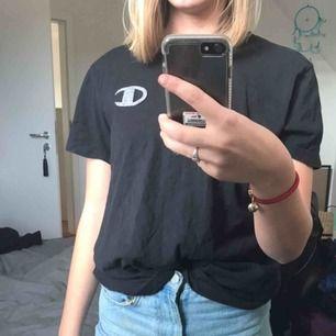 Marinblå vintage Champions t-shirt. Super snygg till ett par vanliga jeans. Sitter snyggt oversized på mig som vanligtvis bär xs/s🧚🏻♀️💕🌾✨ (frakt tillkommer på 63kr) BUDA i kommentarsfältet