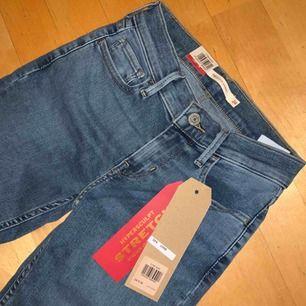 Modell 710 Super skinny (Motsvarar en ungefärlig XS-storlek). Jeansen är väldigt stretchiga.  Jeansen är oanvända och säljes pågrund av fel storlek, prislapp och etikett finns kvar. Ordinariepris 1099 kr Pris kan diskuteras vid snabb och smidig affär.
