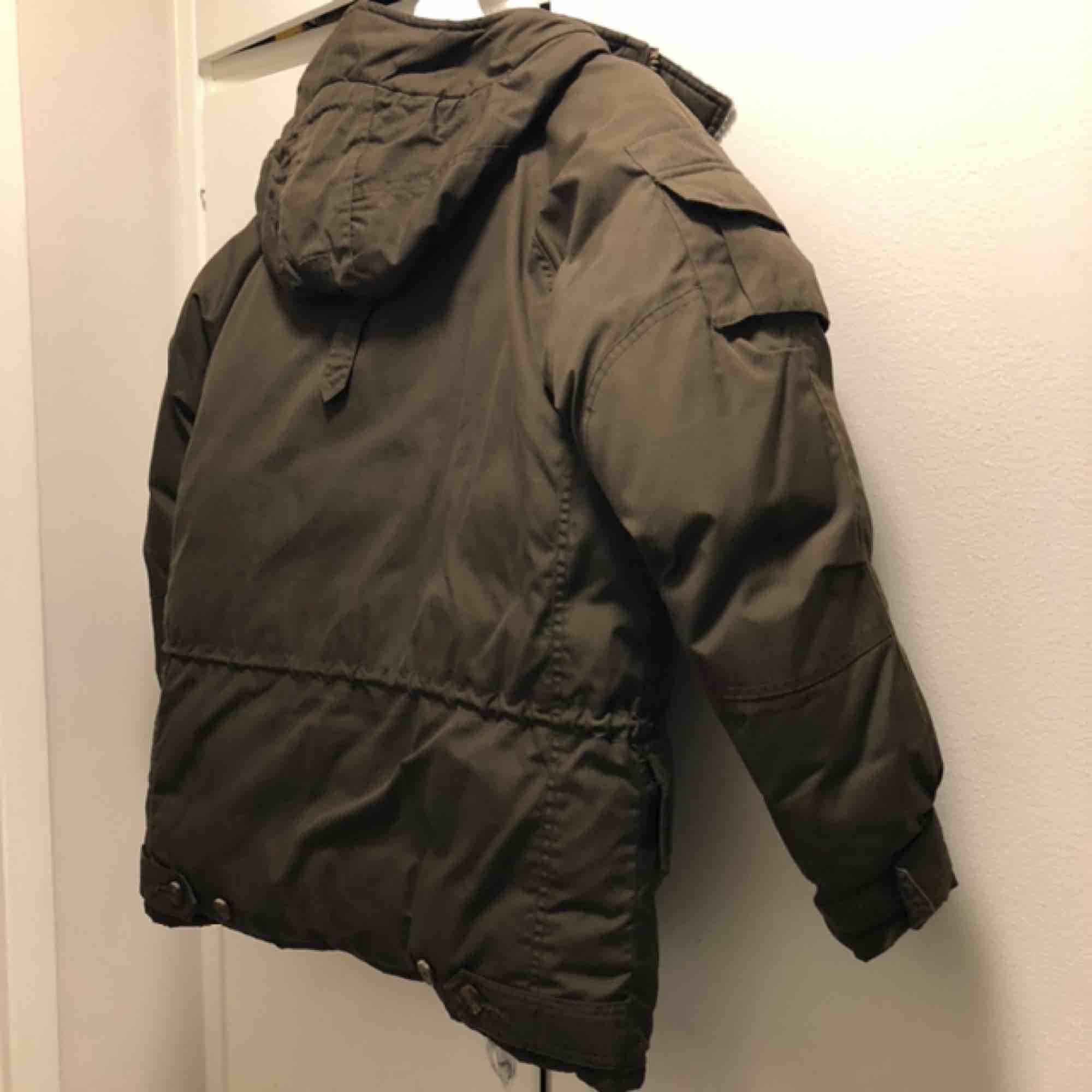 Fjällräven G-1000 dunjacka i jättefint använt skick. Jackan är unisex xxs och passar mig som är 34/36. Otroligt varm och bra vinterjacka. Färgen är en mörk olivgrön. Kan mötas upp i Stockholm eller skickas mot frakt.. Jackor.