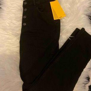 Sjukt snygga jeans från h&m helt nya säljer pga att det inte passade på mig:/