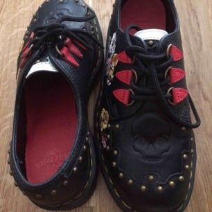 Dr Martens – Serova – Grova, svarta flatform-skor med broderier. Storlek EU 37. Använde 2 ggr. Nypris 1848.