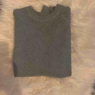 Sjukt fin stickad tröja ifrån h&m i mint grön första bilden ger inte en rättvis färg (sjukt gult ljus)