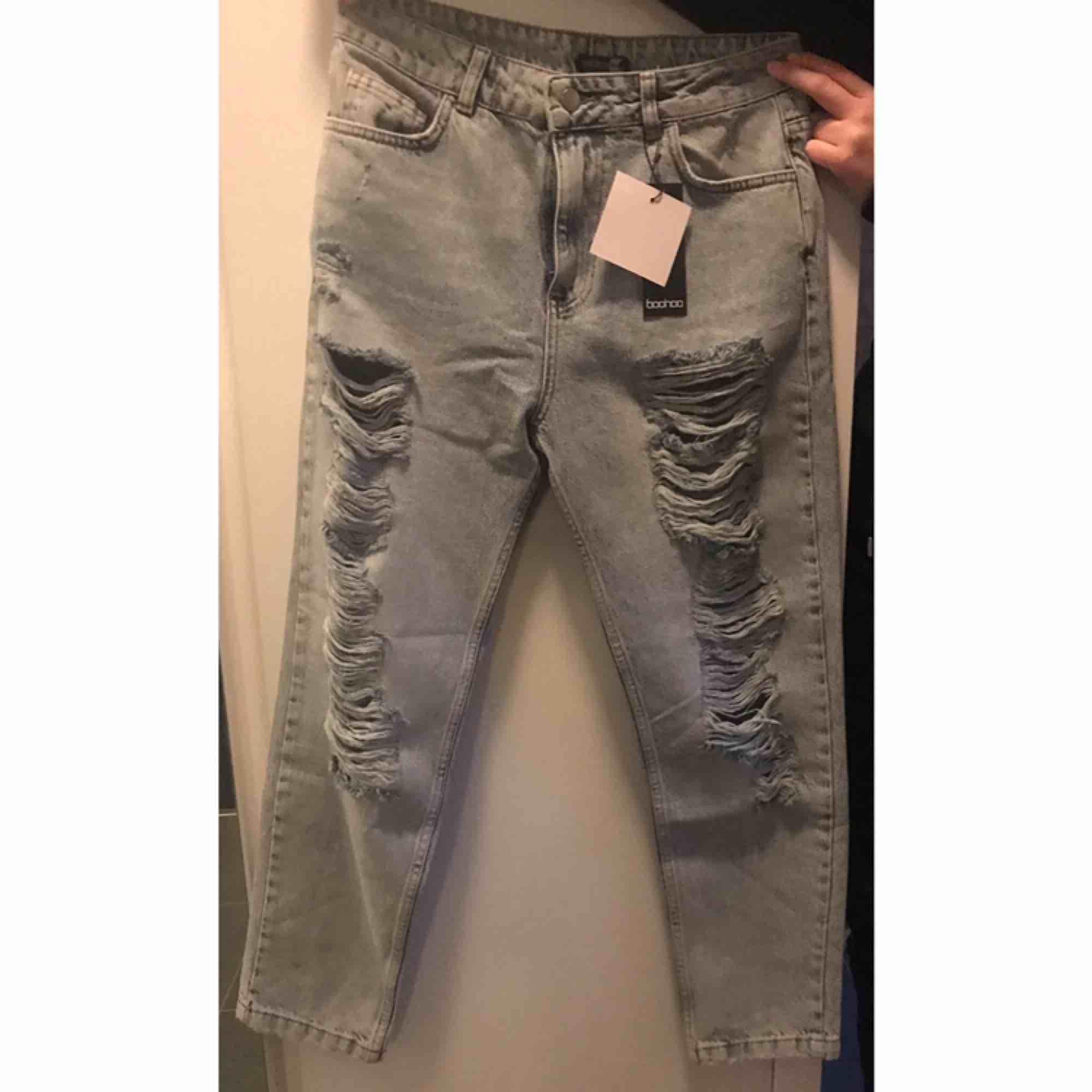 Helt nya mom jeans från boohoo. Säljer för att dom skicka fel storlek, aldrig Använd då jag fick hem dessa idag.. Jeans & Byxor.