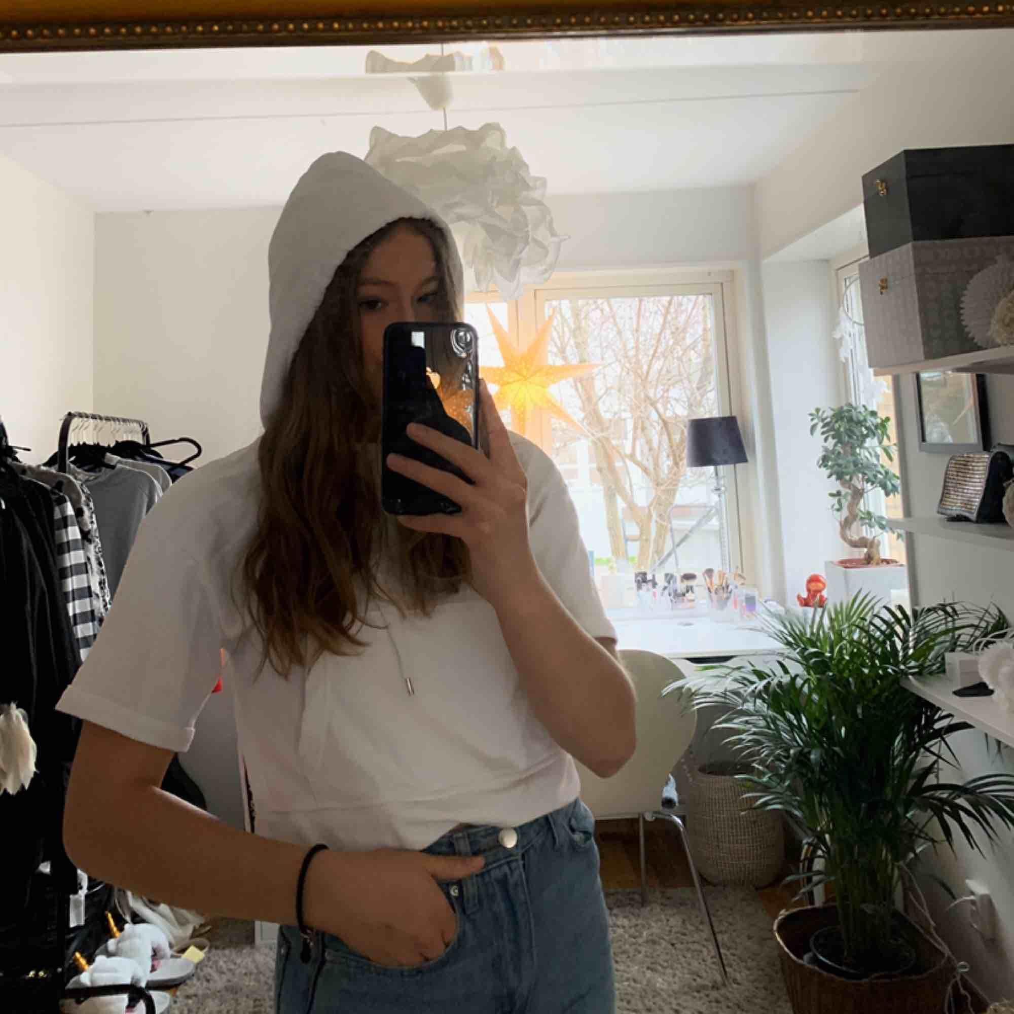 Kortärmad hoodie med slits på sidan från Berska. Köpt för 200 kr.  Endast använd 2 ggr så super fint skick😁  Köparen står för frakt💕. Huvtröjor & Träningströjor.