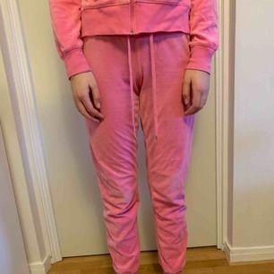 Rosa mjukis byxor från Cubus. Tröjan som hör till finns även till salu på min sida. Jätte mysiga och bekväma. Frakt tillkommer