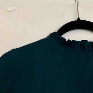 Min gamla favorit blus från Gina Tricot som tyvärr blivit för liten. Älskar den gröna färgen! Köpt för 399 kr 🌲  Köparen står för frakt!✌🏼