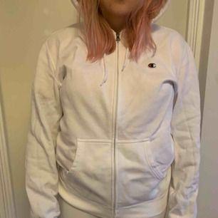 En vit sipup hoodie från champion. Frakt tillkommer