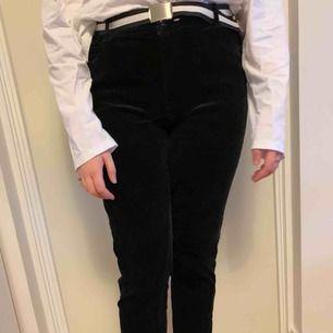 Svarta manchester byxor med silvriga detaljer på sidan. Lite trasiga som du kan se på bild två, men jag kan sy dit den igen. Frakt tillkommer