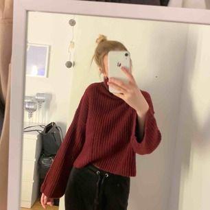 Röd jätte fin stickad polo tröja!  Nästan aldrig använd, jätte skön tröja som är varm och lite längre ärmar. Den är lite kortare modell nertill men täcker hela magen!