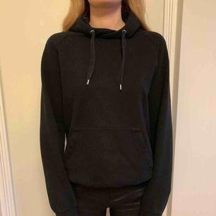 Svart simpel hoodie från Hm. Frakt tillkommer