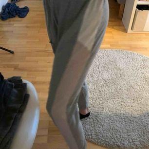 Gråa mjukisbyxor från New yorker. Dem är ganska långa men för tajta för mig därför jag säljer. De är vita och rosa på sidan